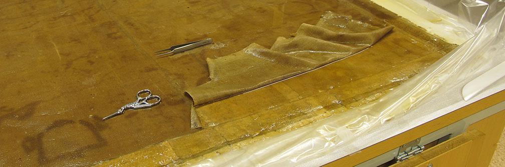 blött tyg ligger delvis borttaget från kartans blöta baksida