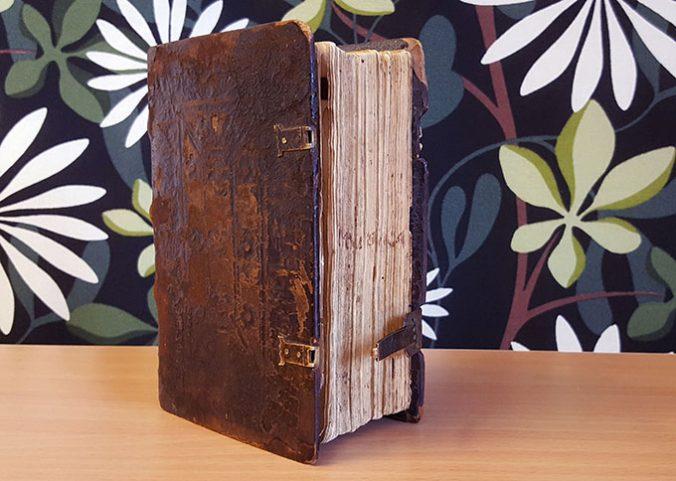 ett bokband med träpärmar överdragna med brunt skinn med blindtryck. på snittet står Mvsica textat med bläck.