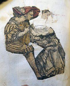 En man med renässanskläder och mandolin eller luta och stor röd hatt tittar ned i noter som ligger i knät på en kvinna.