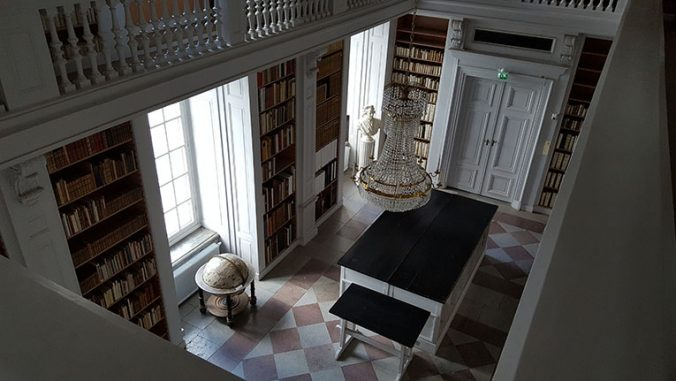 utsikt över boksalen på carolina rediviva från övre galleriet