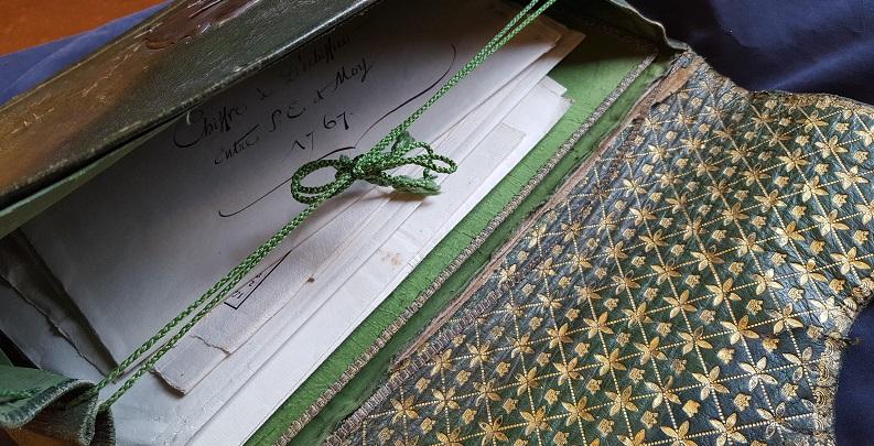 bild på papper med handskriven text som ligger i väskan