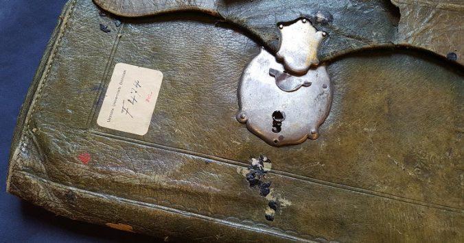foto av grön postväska i skinn med metalllås och spår av lacksigill