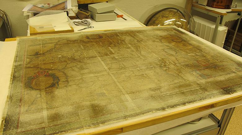 kartan liggade på ett bord med halvt genomskinliga papper limmade på framsidan