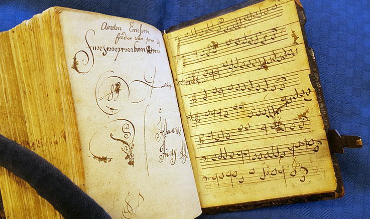 handskrivna noter på bakre pärmens insida