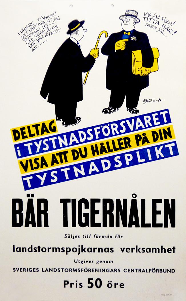 Affisch föreställande två samtalande män, tryckt i svart, gult och blått mot vit botten, med texten Deltag i tystnadsförsvaret, visa att du håller på din tystnadsplikt, bär tigernålen
