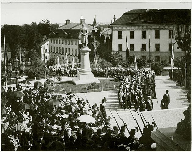 fotografi med studenter i procession runt gijgersstatyn i universitetsparken