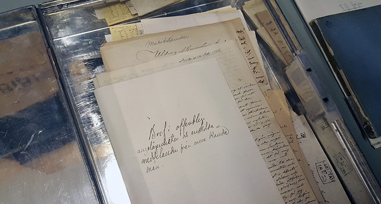 Bilden visar det öppnade skrinert, där det ligger handskrivna papper från sent 1800-tal