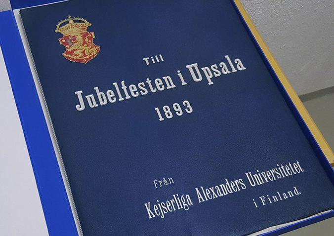 pärmens framsida med Till Jubelfesten i Upsala 1893 präglat i silver på blå botten