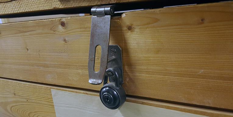 ett upplåst lås på en trälår