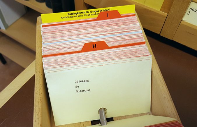 ett katalogkort i en kataloglåda med texten Göteborg se Göteborg