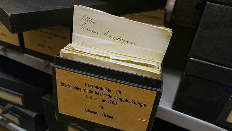 ett handskrivet katalogkort sticker upp ur en fullpackad kataloglåda, på kortet står namnet Utter