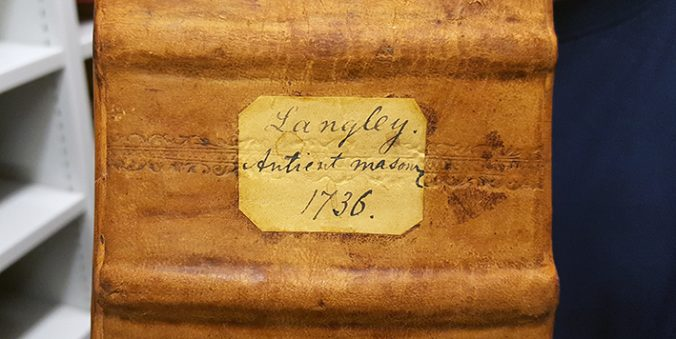 ryggetikett på bok, där författarnamnet Langley, titeln Ancient mansonry samt årtalet 1736 är handskrivet o bläck
