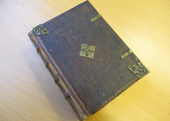 foto av ett renoverat bokband från