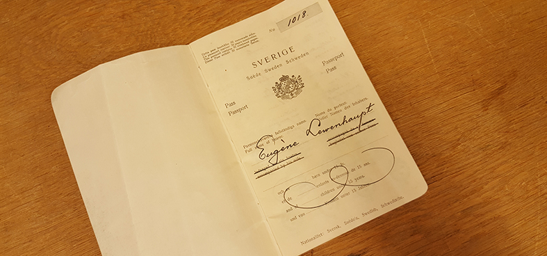 uppslaget pass som visar passets första sida med Eugene Lewenhaupts namnteckning