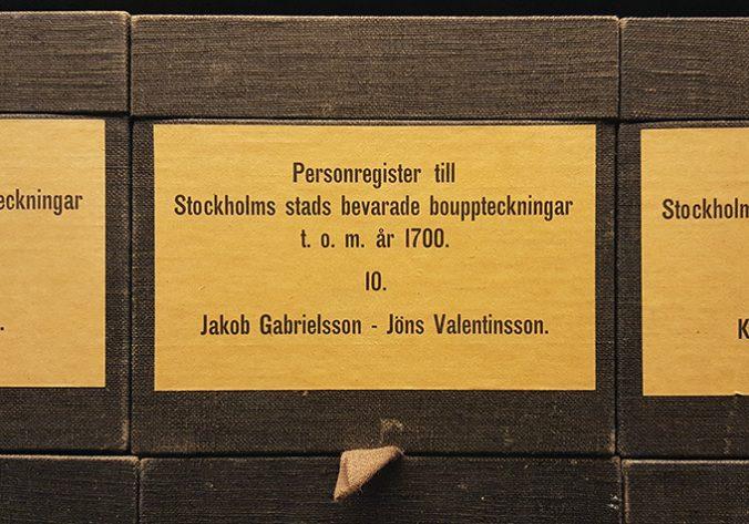 närbild av en etikett på en kataloglåda för personnamn mellan Jakob Gabrielsson och Jöns Valentinsson