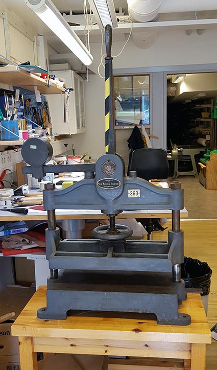 en bokpress nere i konserveringsverkstaden
