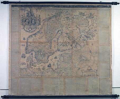 bild på hela kartan, upphängd på en vägg