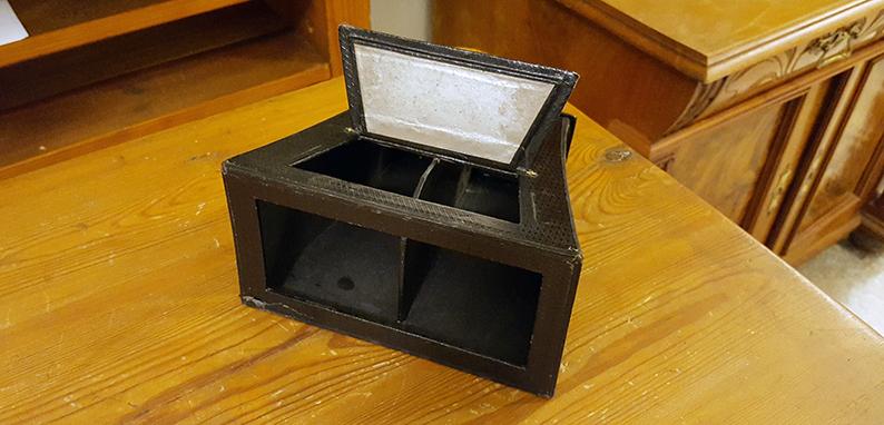 ett svart stereoskop av kartong