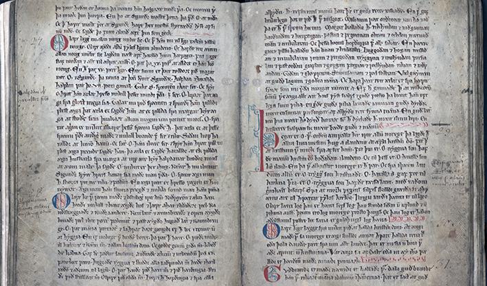 ett uppslag ur handskriften med svart text ioch initialer i rött och svart