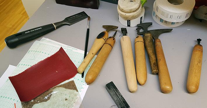 verktyg på ett bord hos en bokbindare