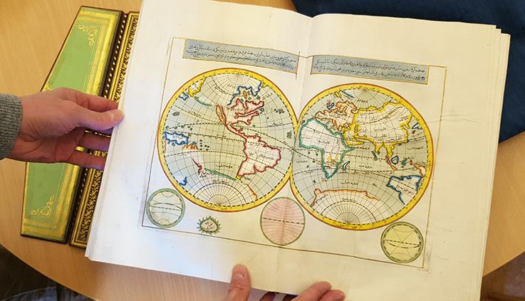 uppslag ur boken med världskarta