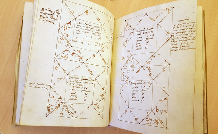 uppslag med fler handskrivna horoskop