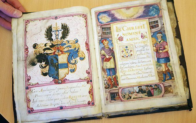 uppslag i diplomet, handmålat på pergament i starka färger