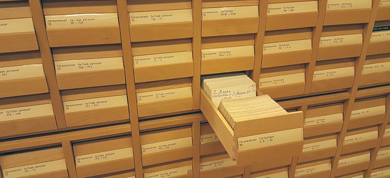 bild på ett kortkatalogskåp i trä där en låda är utdragen