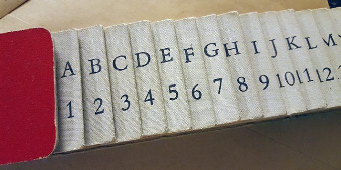närbild på en så kallad krokodil, mellan vars flikar man sorterar in papper eller annat material alfabetiskt eller numeriskt