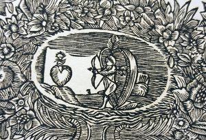detalj från trycket: en liten amorin skjuter prick med sin pilbåge mot ett hjärta