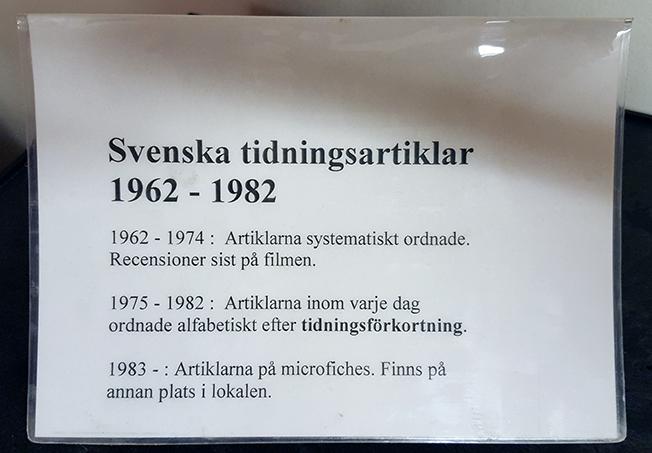 närbild på skylt med som berättar att svenska tidningsartiklar 1962-1982 finns på microfilm respektive microfisches