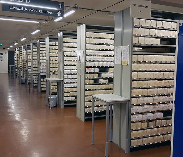 bild på bokhyllor fulla av mikrofilmer