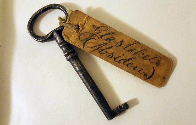 gammal nyckel med fastsatt etikett, dör det med snirklig handstil står Glastaket (Absiden)
