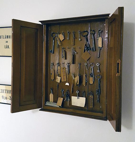 ett väggfast nyckelskåp fullt med gamla nycklar