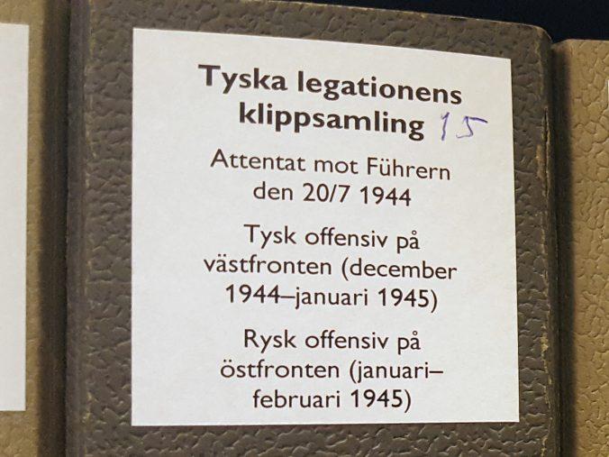 närbild på etikett till arkivkapsel på vilken det står Attentat mot Führern, Tysk offensiv på västfronten, samt rysk offensiv på östfronten