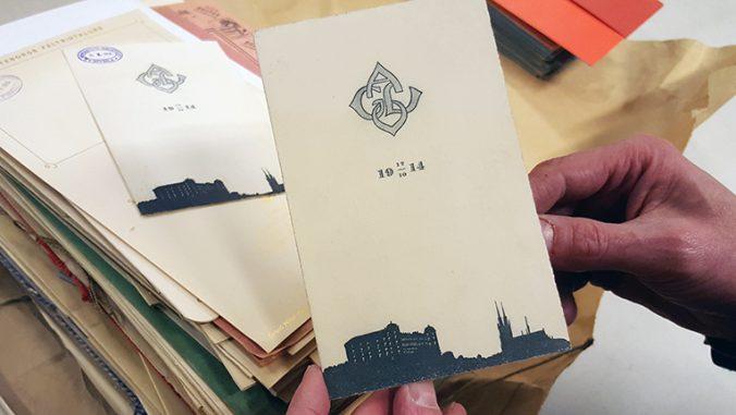 foto på framsidan av en folder, där Uppsalas siluett är tryckt i nedre kanten