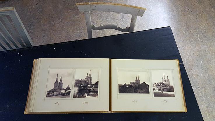 bild på det uppslagna fotoalbumet liggande på ett svart bord