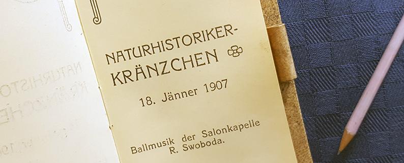 närbild på text i boken där kapellets namn framgår