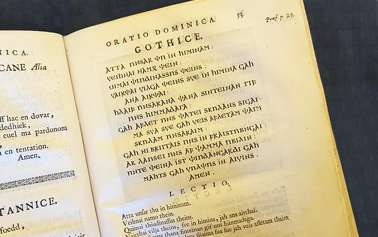 närbild på texten av Fader vår med gotiska bokstäver