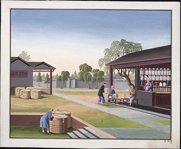 två män dricker te utanför en porslinsverkstad, medan en man stänger en tunna packad med porslin.