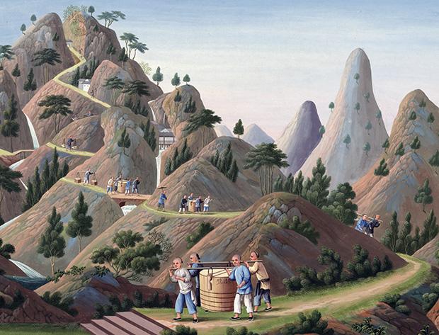 bild över hur porslin transporteras av några män som håller en korg mellan sig, hängande på en stång, och vandrar slingriga bergsstigar