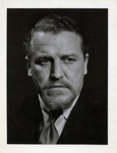 porträttfoto på man med skägg, och skjorta och slips under kavajslag