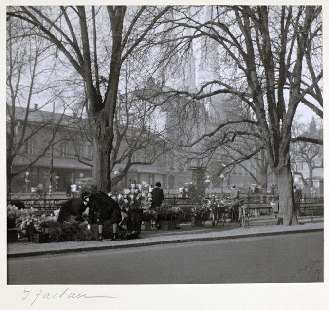 svartvitt foto på stånd utmed Fyrisån där det säljs påskris