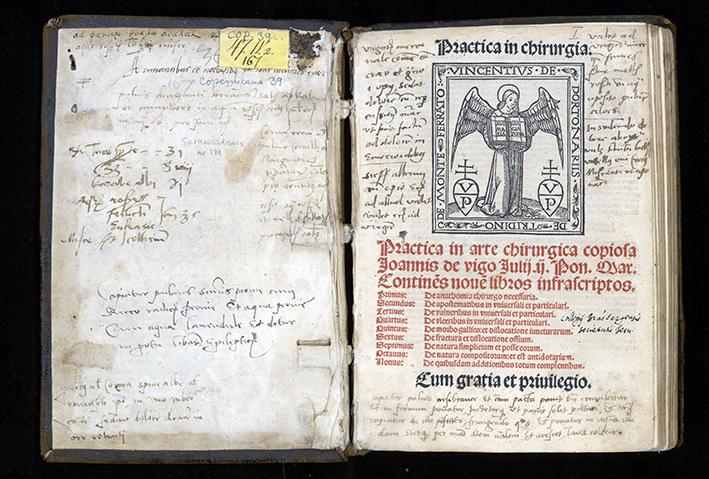 titelblad och främre pärmens insida av Practica in arte chirurgia, med en mängd handskrivna noteringar