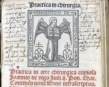 detalj från titelbladet till Practica in arte chirurgia med ett träsnitt av en ängel