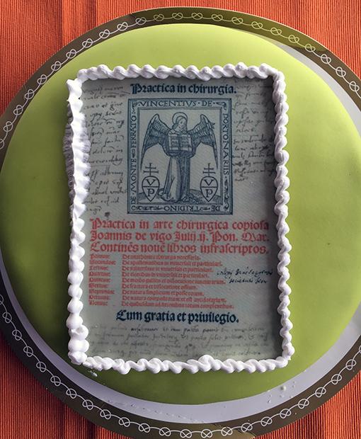 foto på en grön marsipantårta med en bild av titelbladet från boken ur copernicanasamlingen