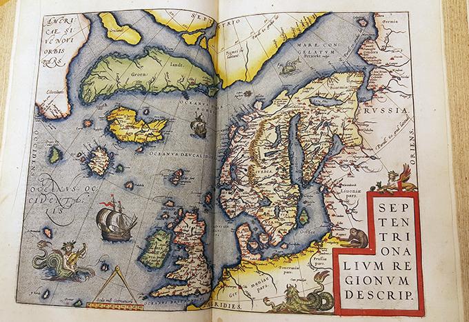 karta över Nordatlandet handmåad i lysande färger