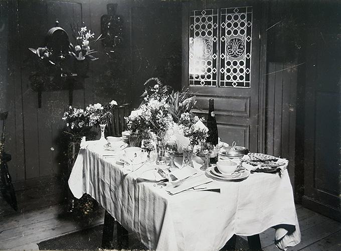 ett fotografi av ett vackert dukat bord med blommor och porslin