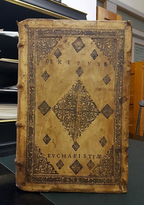 framsidan av den i texten omnämnda boken med guldtryckt dekor