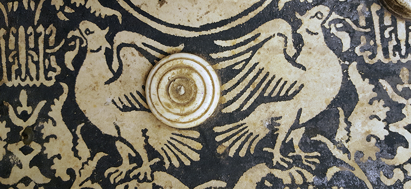 detalj av bokbandet med ett mönster av fåglar